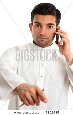 Homem de etnia árabe apontando dedo
