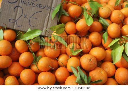 Valencia naranjas apiladas en mercado
