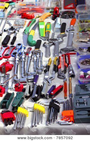 Herramientas de la mano de gangas en el mercado de segunda mano