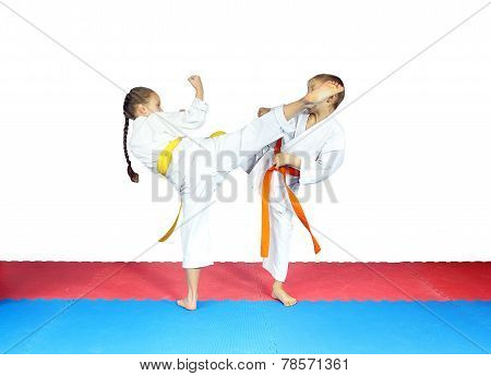 Girl is the beating boy on the head with a circular kick leg