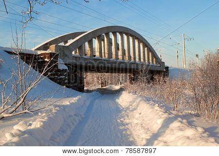 The railway bridge over winter road