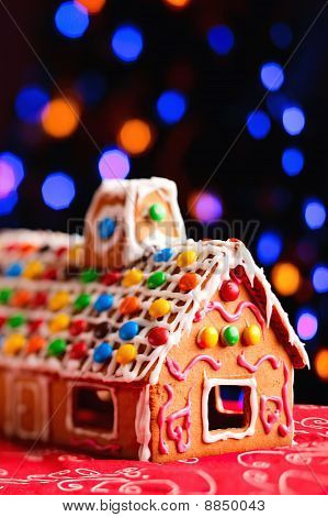 Lebkuchenhaus schön dekoriert mit Süßigkeiten