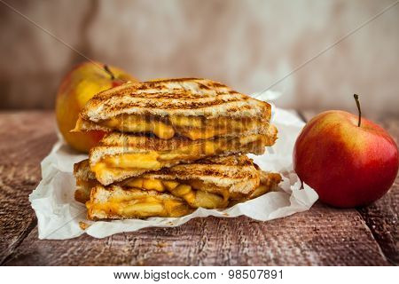 Grilled cheese sandwich with caramelized apples Stock ...