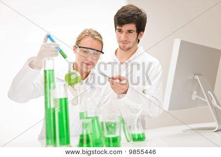 Ingeniería genética - científicos en el laboratorio