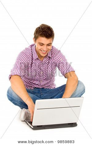 Joven usando laptop