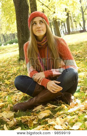 Girl in the Park im Herbst