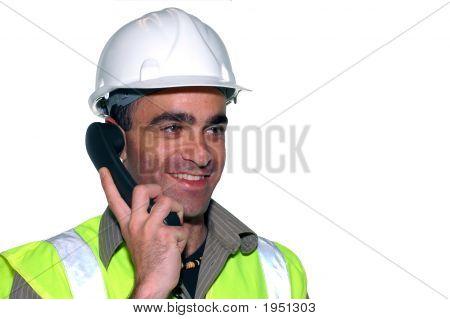 lächelnd Bauarbeiter mit einem Telefon