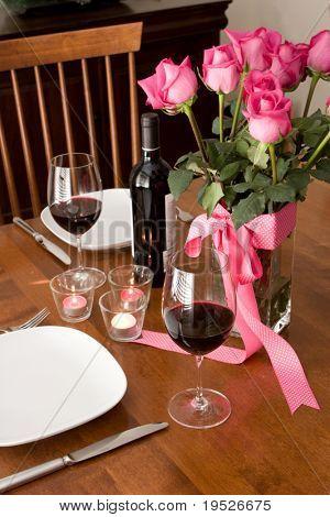 ajuste de la cena romántica para dos personas con vino y rosas