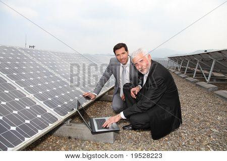 Empresarios comprobar paneles solares funcionando