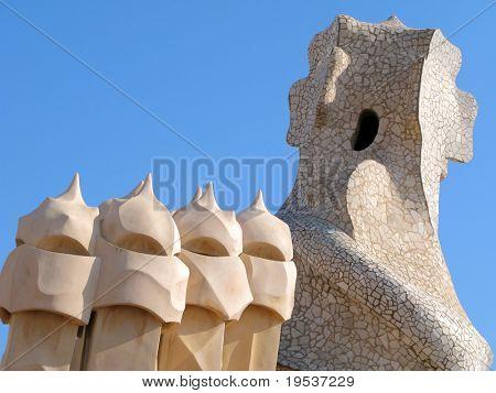 Abstrakte Schornsteine auf dem Antonia Gaudis La Pedrera in Barcelona, Spanien.  1906-1910 Erbaut.