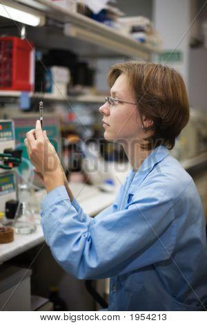 Científico con jeringa