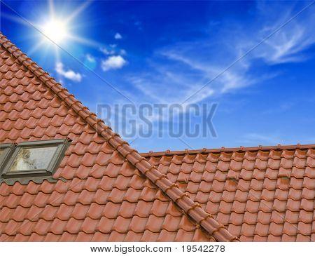 o telhado da casa sob o céu azul