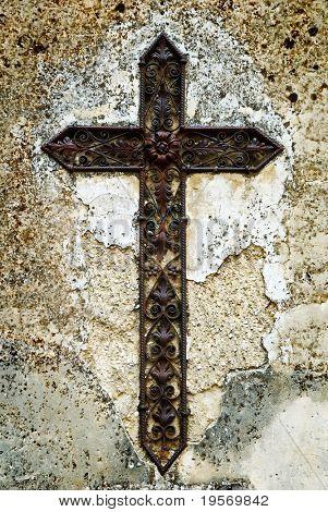 Alten Eisen/Metall gotischen Kreuz von mittelalterlichen europäischen Dorf