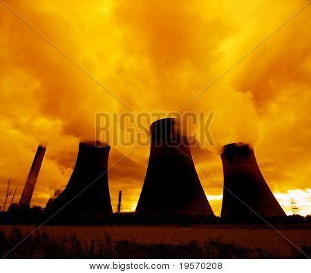 Una puesta de sol rojo se cierne sobre una planta de energía nuclear...