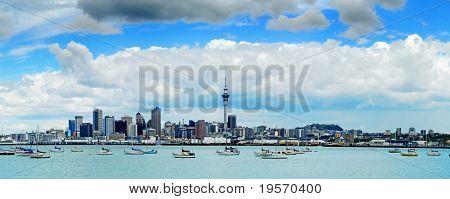 El hermoso horizonte de Auckland con nubes mullidas blancos...