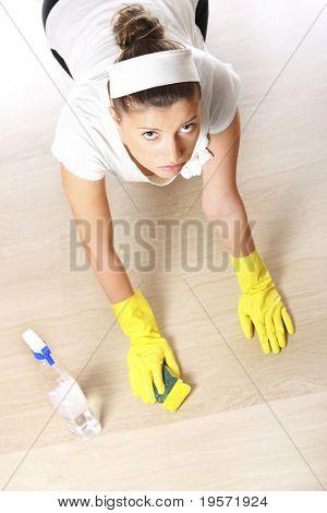Ein Bild von einer jungen Frau, das Reinigen des Bodens auf hellem Hintergrund