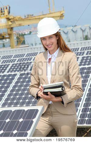 Ingeniero de mujer, comprobar la instalación de paneles solares