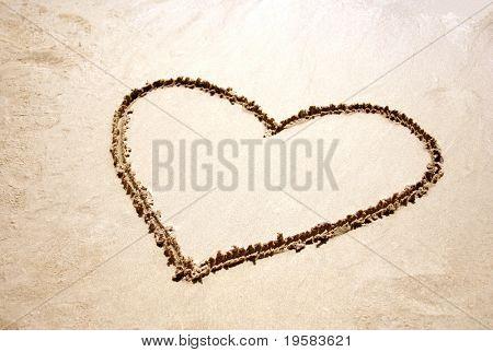 Herzform gezeichnet im Sand am Strand