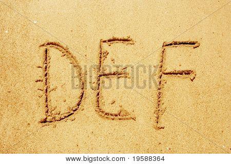 Letras do alfabeto DEF manuscrita na areia, ideal para a fonte, natureza ou projetos conceituais