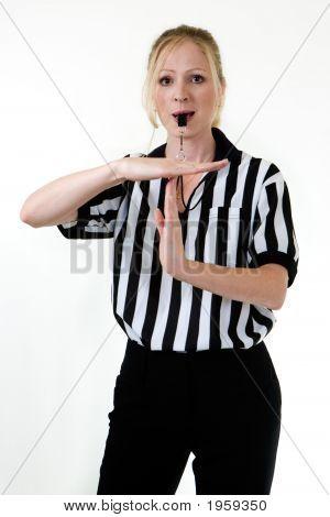 Mujer árbitro con silbato