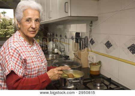 Senior Dame an Küche