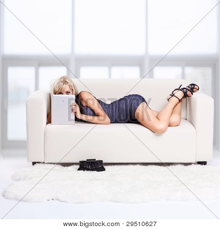 blond Girl auf sofa