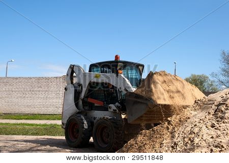Un pequeña excavadora Bobcat