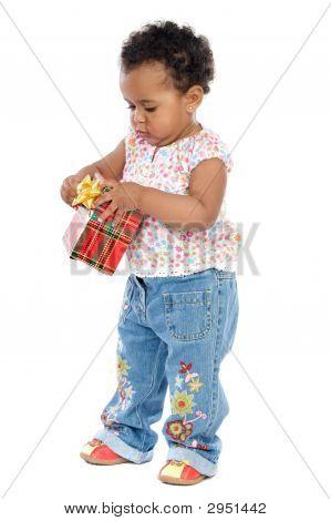 Baby mit einem Geschenk-box