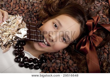 menina com chocolate