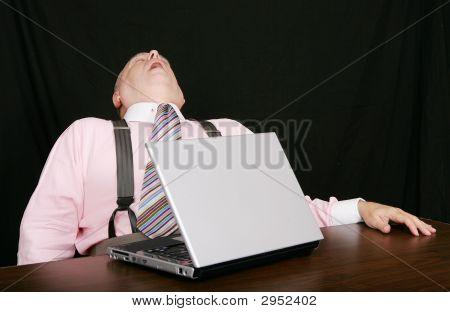 Hombre de negocios dormido en su escritorio