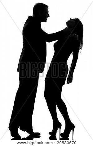 um homem caucasiano estrangular mulher expressando a violência doméstica no estúdio silhueta isolado