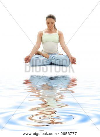Padmasana Lotus stellen auf weißem sand