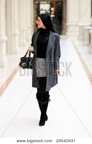 The young woman walks on shop