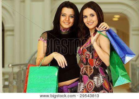 Retrato de duas mulheres elegantes Olhando uns aos outros na reunião em loja