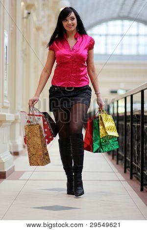 Longitud completo retrato de una hermosa joven compras con copyspace