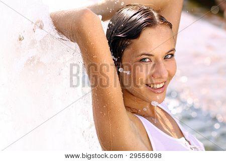 attraktive sexy lächelnd mädchen Baden im Stadt-Brunnen