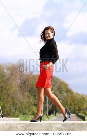 Longitud total, poca mujer rojo falda