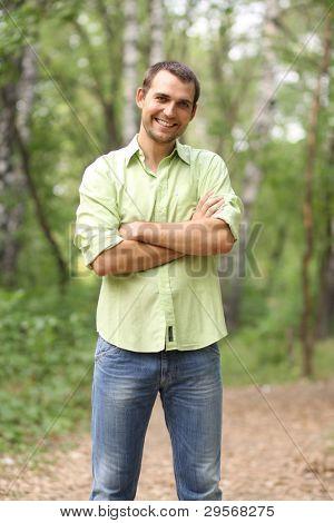 Retrato de hombre atractivo joven, al aire libre