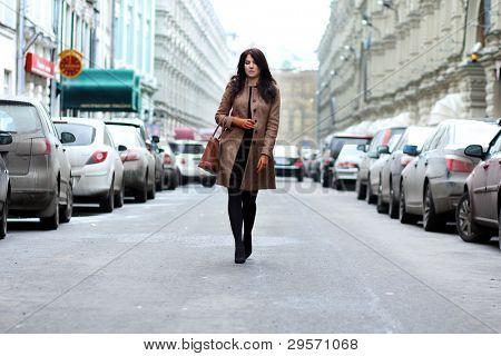 mulher jovem bonita andando na rua