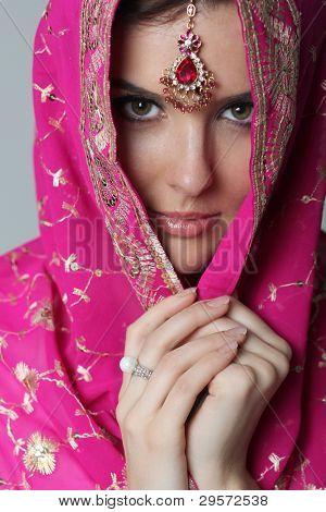 mujer joven en sari