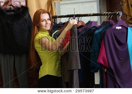 Junge Frau versucht auf Kleid