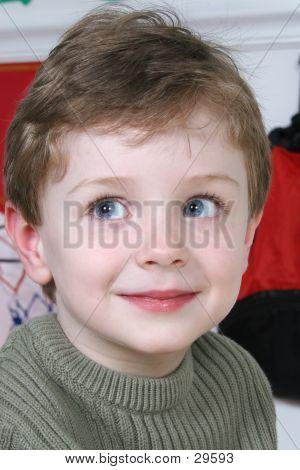 Liebenswert vier Jahre alten Jungen mit großen blauen Augen