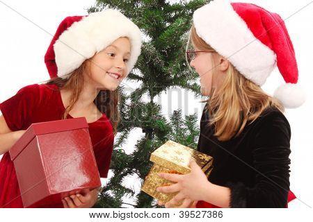 Apresenta duas menininhas com