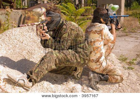 Dois jogadores de Paintball em ação