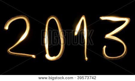 Anzahl 2013, wie das neue Jahr, geschrieben mit Lichtstrahl auf schwarzem Hintergrund