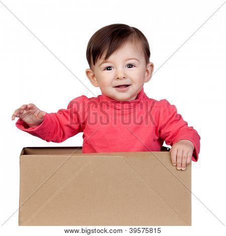 Menina adorável em uma caixa, isolada no fundo branco