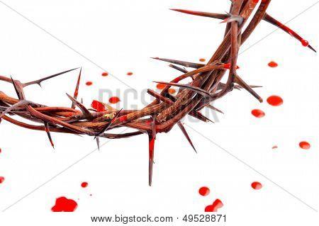 corona de espinas y sangre gotas aislada sobre fondo blanco