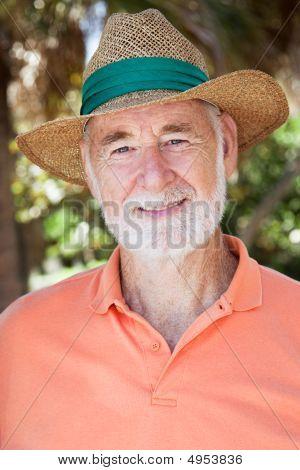 senior Mann in Strohhut