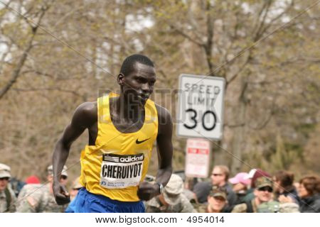 Boston, Ma 04 20 2009 Evans Cheruiyot carreras por Heartbreak Hill durante la maratón de Boston acaba