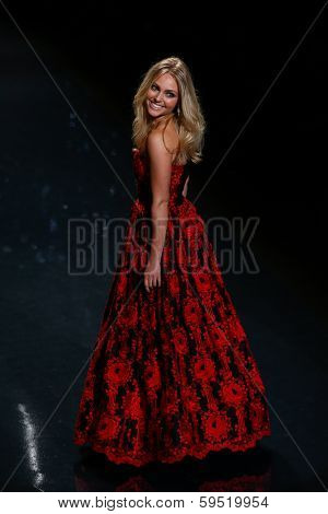 NEW YORK-FEB 6: Annasophia Robb wears Oscar de la Renta at The Heart Truth Red Dress Collection fashion show during Mercedes-Benz Fashion Week at Lincoln Center on February 6, 2014 in New York City.